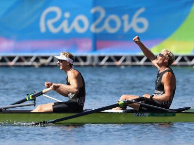 Bond and Murray strike gold