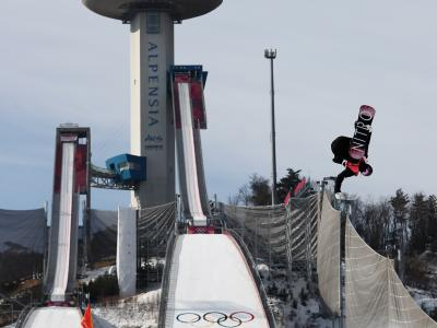 Zoi Sadowski-Synnott lands PB for a spot in the Snowboard Big Air Finals